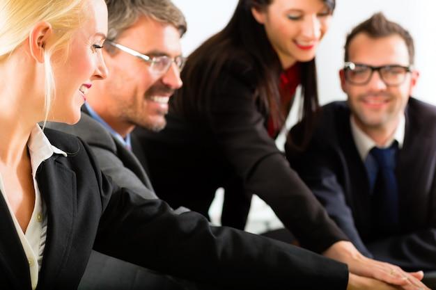 Negocios, empresarios tienen reunión de equipo Foto Premium