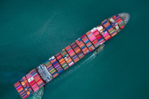Negocios y envío de contenedores de carga por parte de embarcaciones especiales grandes, industria de servicios, transporte, importación y exportación, productos internacionales, vista aérea en alta mar. Foto Premium
