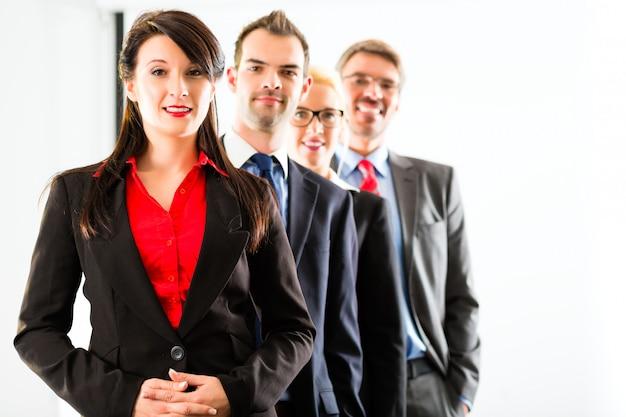 Negocios, grupo de empresarios en la oficina Foto Premium