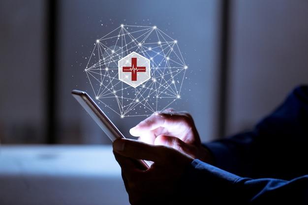 Negocios mediante teléfono, con icono médico, seguro en línea y concepto médico en línea. Foto Premium