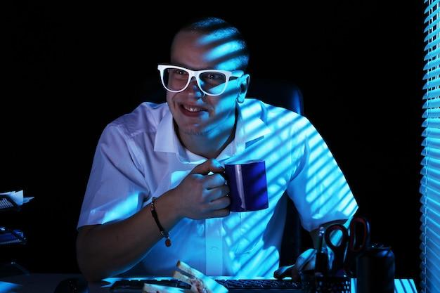 Nerd navegando en internet por la noche Foto gratis