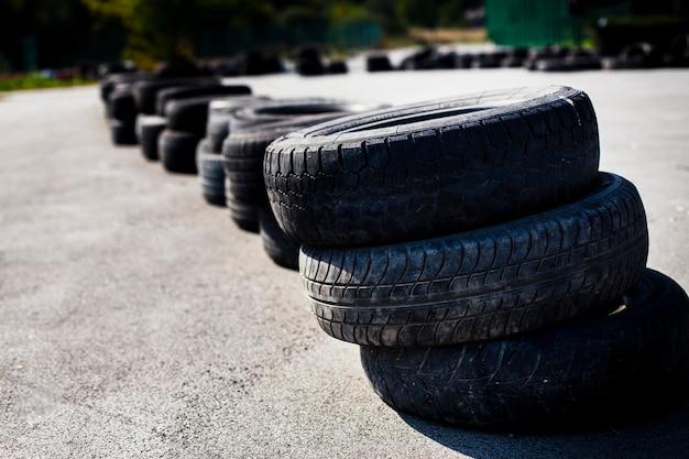 Neumáticos de automóvil dispuestos en la carretera Foto gratis