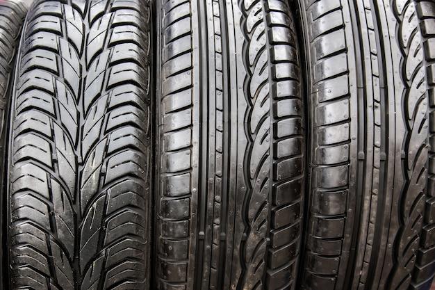 Neumáticos negros en taller de reparación de automóviles. Foto Premium