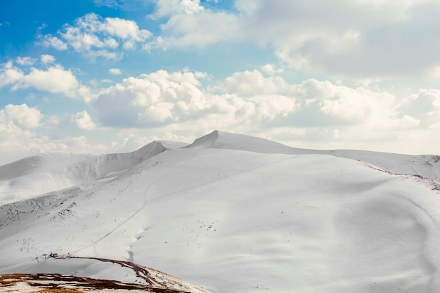 Nevados hermosos picos de las montañas con cielo azul Foto gratis