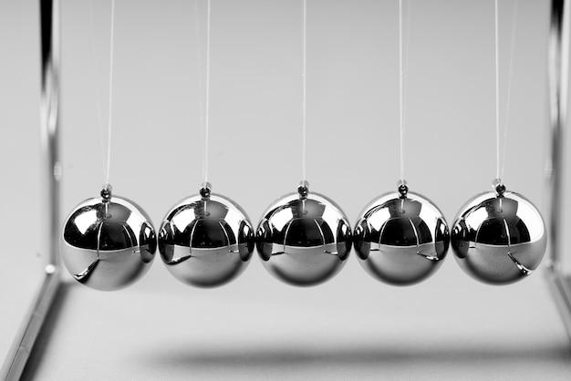 Newtons cradle equilibrando bolas, negocios Foto Premium