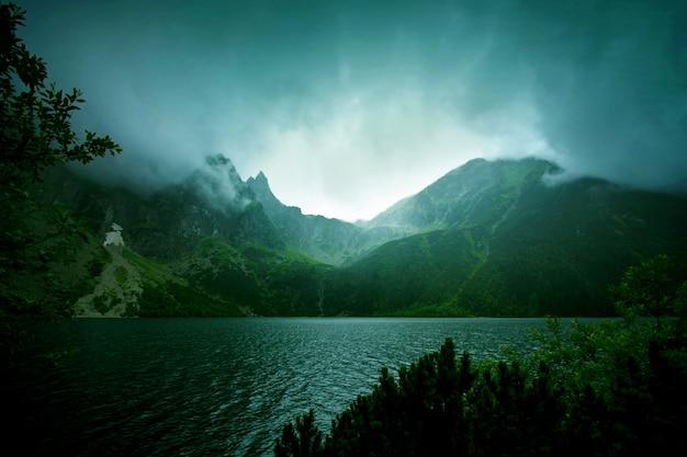 Niebla y nubes oscuras en las montañas. Foto gratis