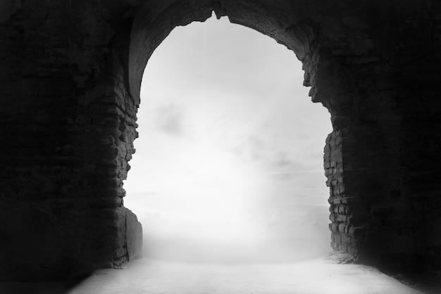 Niebla a través de la puerta del puente Foto Premium