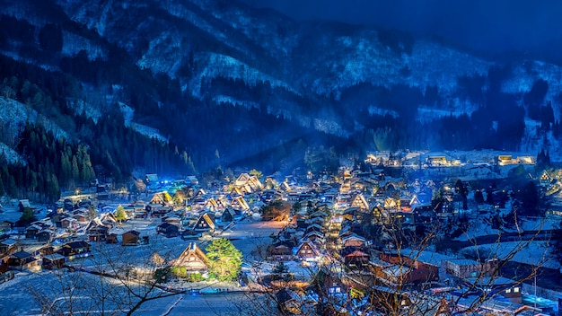 Nieve que cae en el festival del shirakawago de la luz para arriba en invierno, japón. Foto Premium