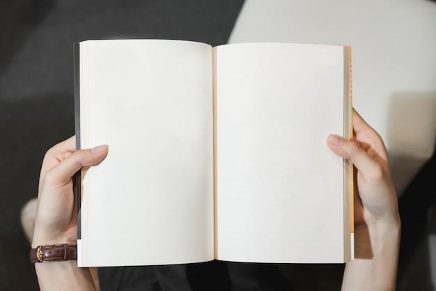 Niña abre las páginas del libro vacío. texto para el estilo de vida ...