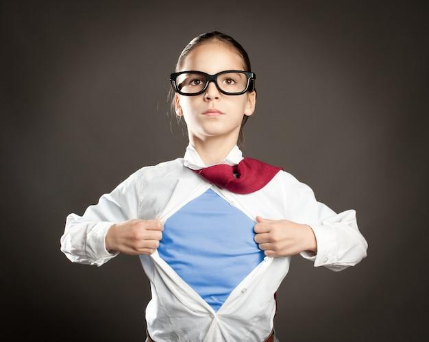 Mujer Bonita Joven Abriendo Su Camisa Como Un Superhéroe