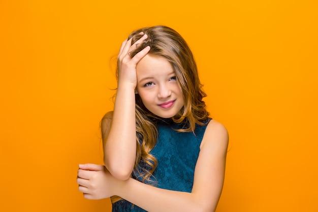 Niña adolescente triste Foto gratis