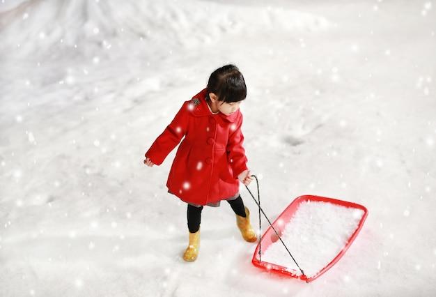 Se Nieve Que Roja La Adorable Divierte Chaqueta En Niña Una Lleva 4nv0Sq