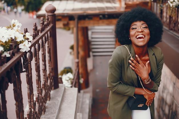 Niña africana en una ciudad de verano Foto gratis