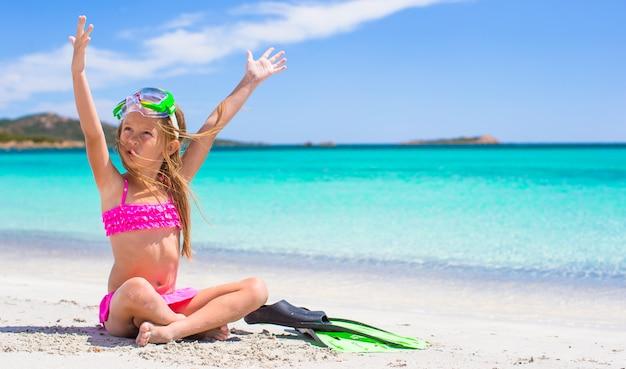 Niña con aletas y gafas para ssnorkling en la playa Foto Premium