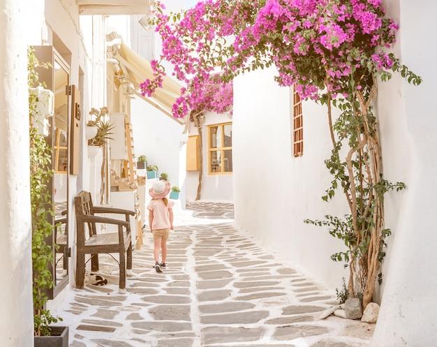 Niña caminando por el callejón en grecia Foto Premium