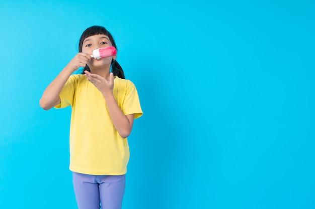 Niña comiendo helado Foto Premium