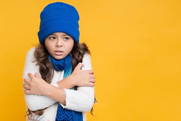 Niña de congelación en invierno Foto Premium