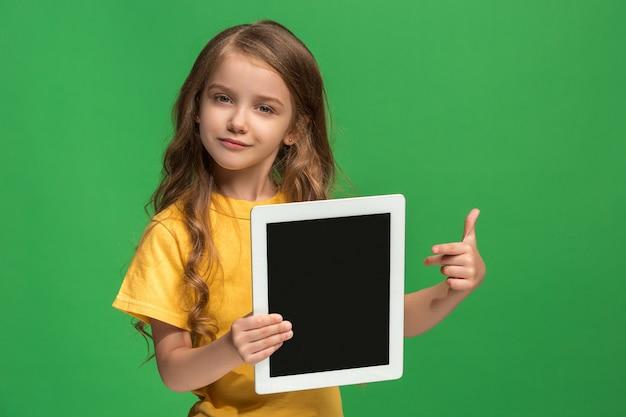 NiÃ?Æ?Ã?â??Ã?â??Ã?±a divertida con tableta en estudio verde Foto gratis