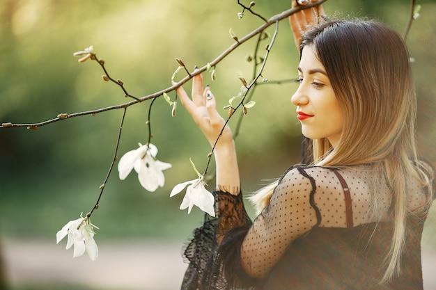 Niña elegante en un parque de primavera Foto gratis