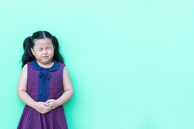 Niña en ella tiene dolor de estómago Foto Premium