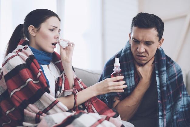 Niña enferma que gotea la nariz y le entrega gotas a su marido. Foto Premium