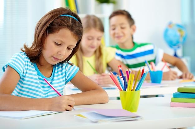 Resultado de imagen para niño escribiendo en su cuaderno