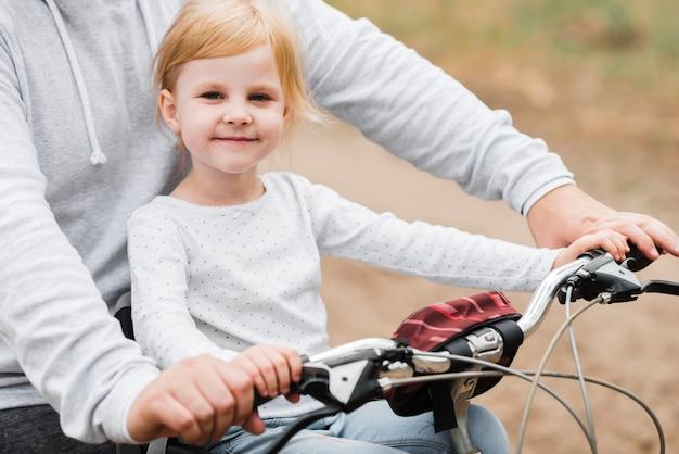 Niña Feliz Andar En Bicicleta: Niña Feliz Posando Con Papá En Bicicleta