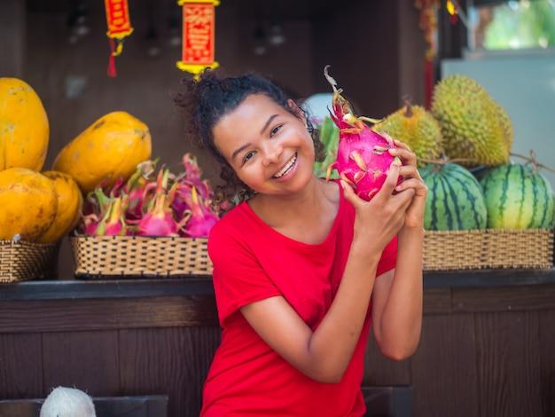 Niña con frutas de vacaciones Foto Premium