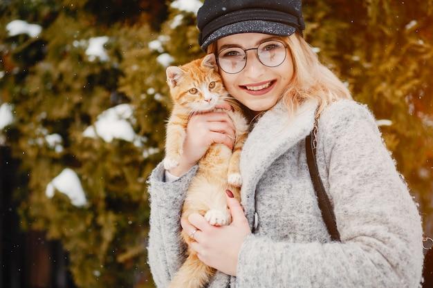 Niña con gato Foto gratis