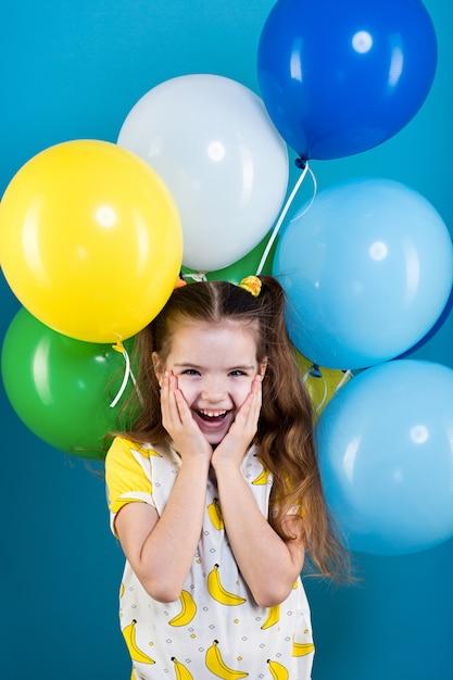 Niña con globos Foto Premium