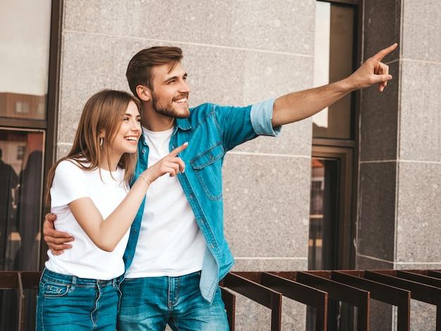 Niña hermosa sonriente y su novio guapo. mujer en ropa casual jeans de verano. Foto gratis