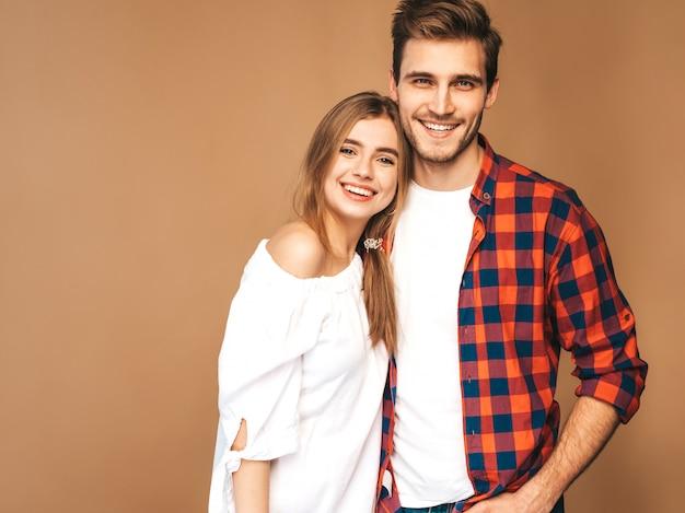 Niña hermosa sonriente y su novio guapo riendo. Foto gratis