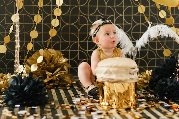 Niña infantil feliz celebrando su primer cumpleaños. Foto gratis