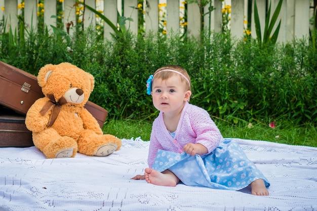 Niña en el jardín Foto Premium