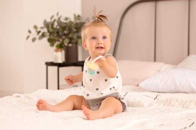 Niña juega en un dormitorio Foto Premium