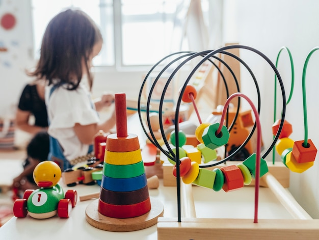 Niña jugando con juguetes educativos Foto Premium