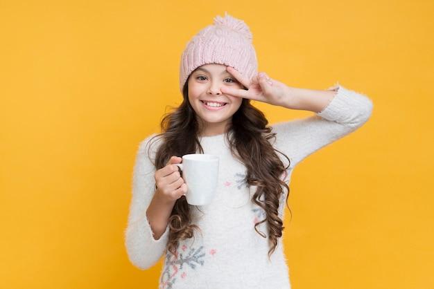 Niña juguetona en ropa de invierno Foto gratis