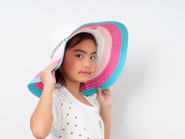 Niña linda asiática con sombrero Foto Premium