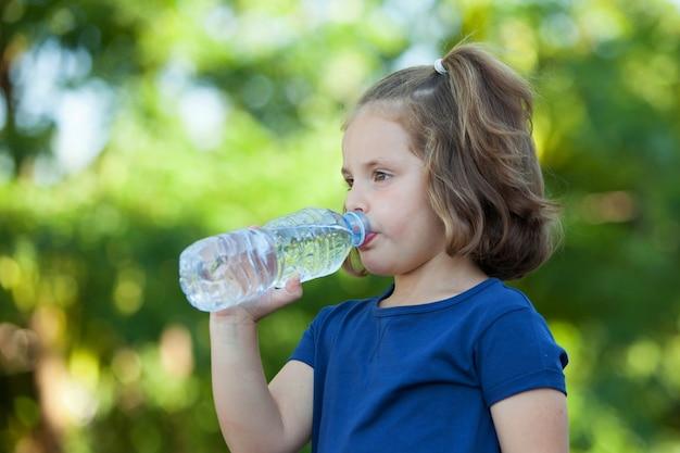 Niña linda con botella de agua Foto Premium