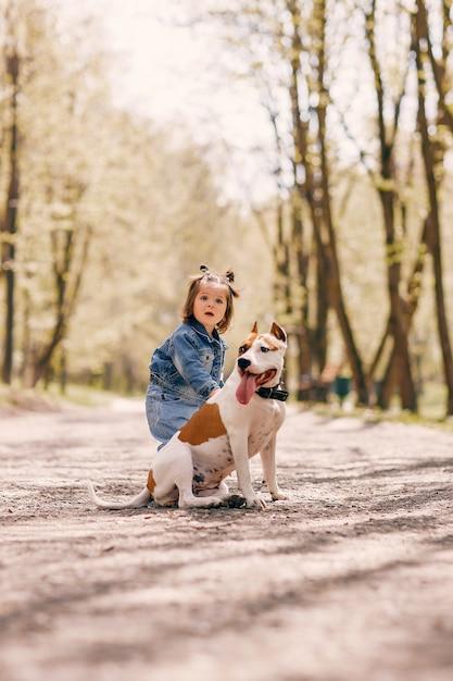 Niña linda en un parque de primavera Foto gratis