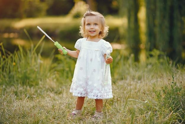 Niña linda que juega en un parque Foto gratis