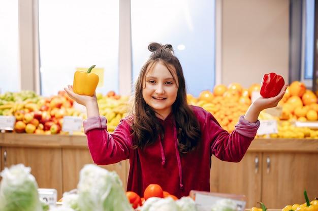 Niña linda en un supermercado Foto gratis
