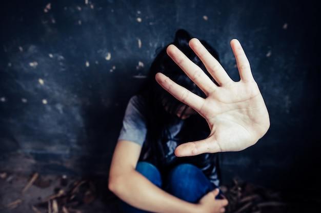 Niña con la mano extendida señalización para detener útil a la campaña contra la violencia, el género o la discriminación sexual Foto Premium