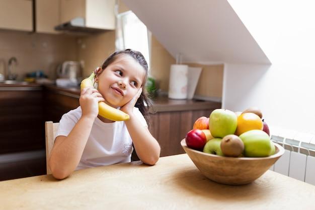 Niña con merienda saludable en casa Foto gratis