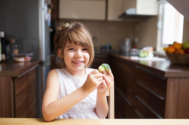 Niña con merienda saludable Foto gratis