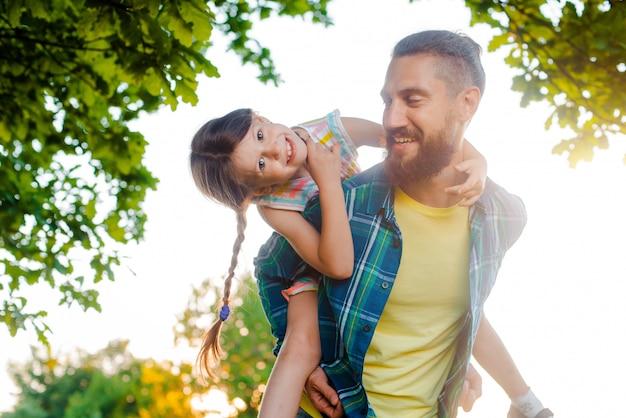 Niña niña hija y su padre, momentos felices Foto Premium