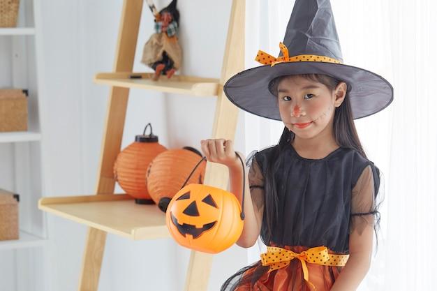 Niña niño feliz en traje de bruja para halloween Foto Premium