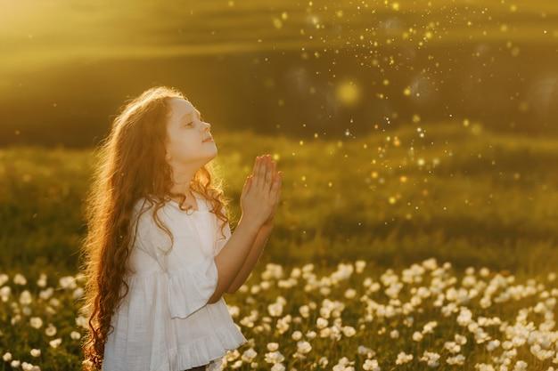 Niña con la oración. concepto de paz, esperanza, sueños. Foto Premium