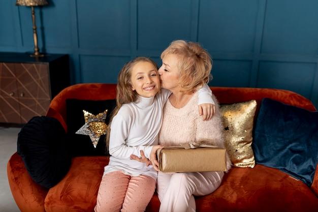 Niña pasando tiempo con su abuela en casa Foto gratis
