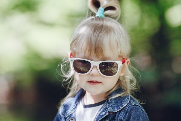 gafas pequeña niña
